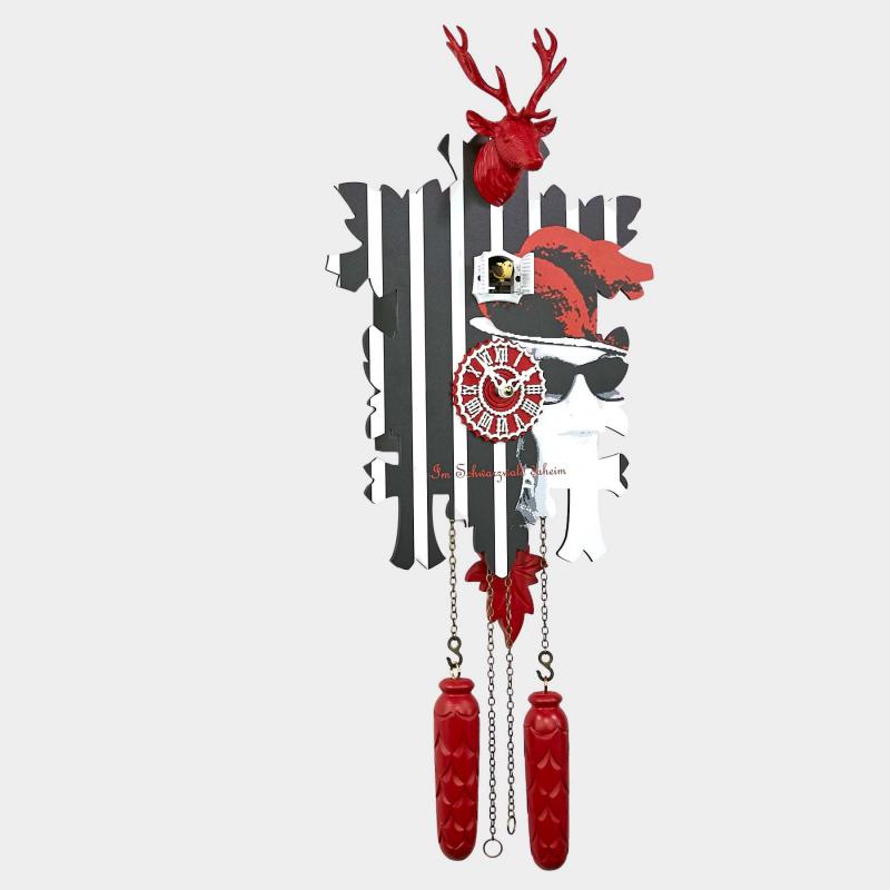 Orologio a cucú moderno con ragazza della foresta nera